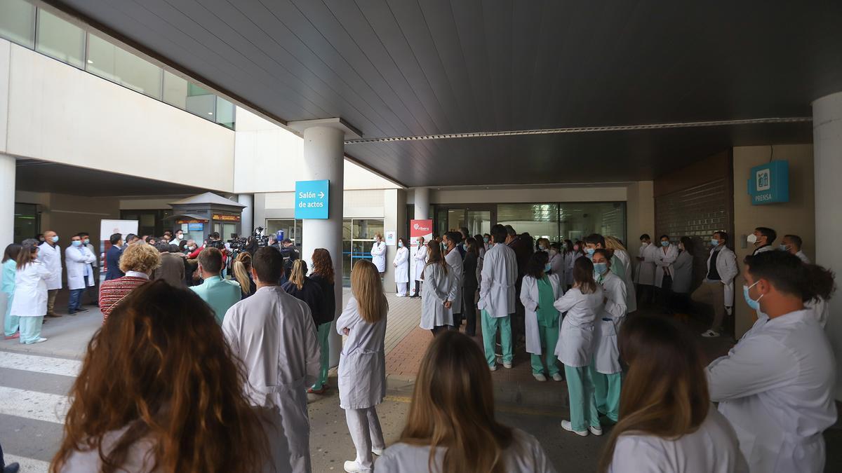 Imagen de una de las protestas de los trabajadoras del hospital de Torrevieja para exigir certezas sobre su futuro laboral