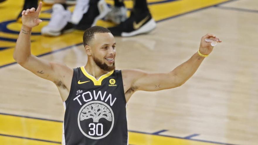 Los Warriors ponen el 2-0 con un Curry de récord