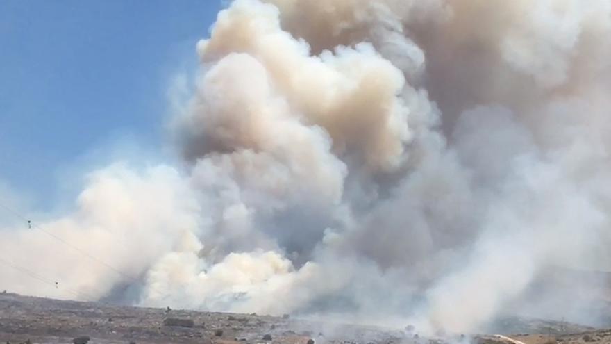 Un incendio forestal en Cabra moviliza a 60 bomberos y 13 medios aéreos