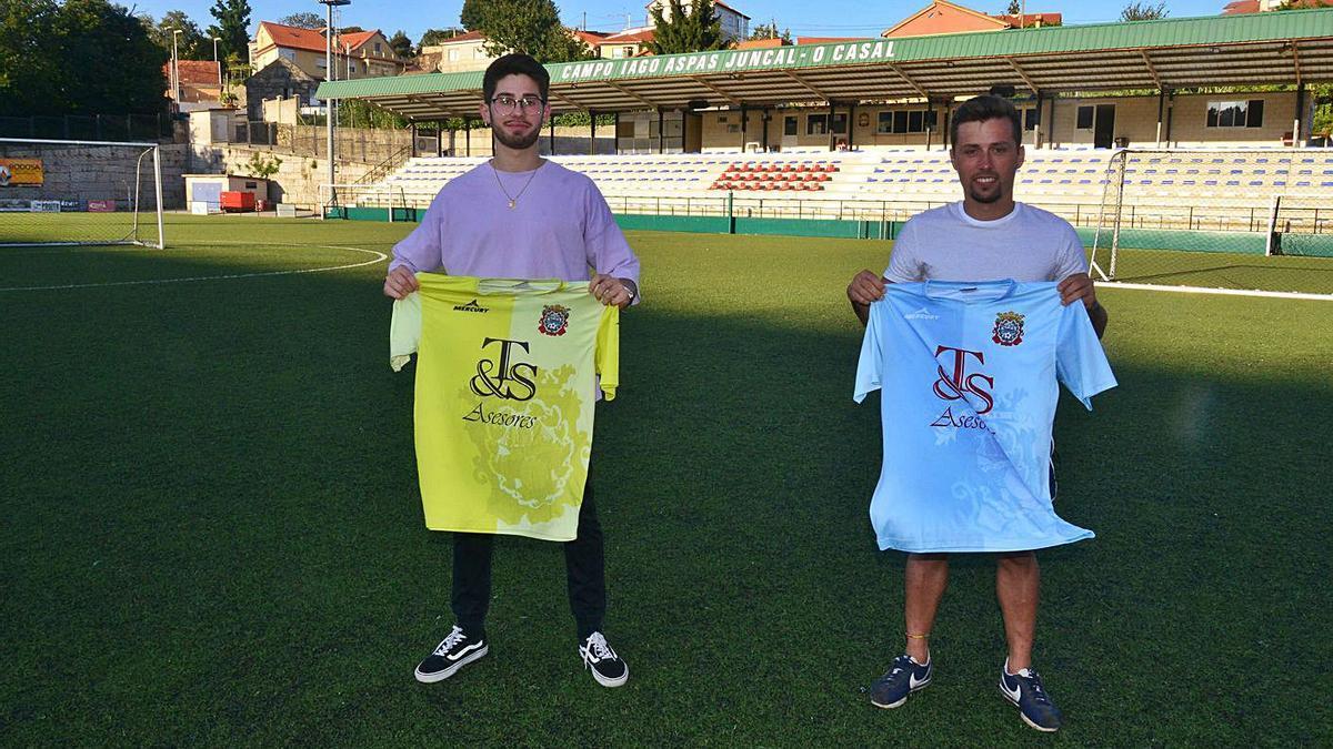 Los dos futbolistas posaron en el campo de O Casal con su nueva camiseta. |  // GONZALO NÚÑEZ