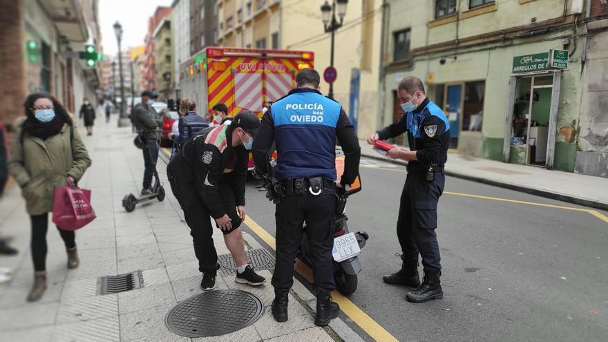 Un repartidor arrolla con su moto a un niño de 5 años que iba en monopatín en la calle Argañosa de Oviedo