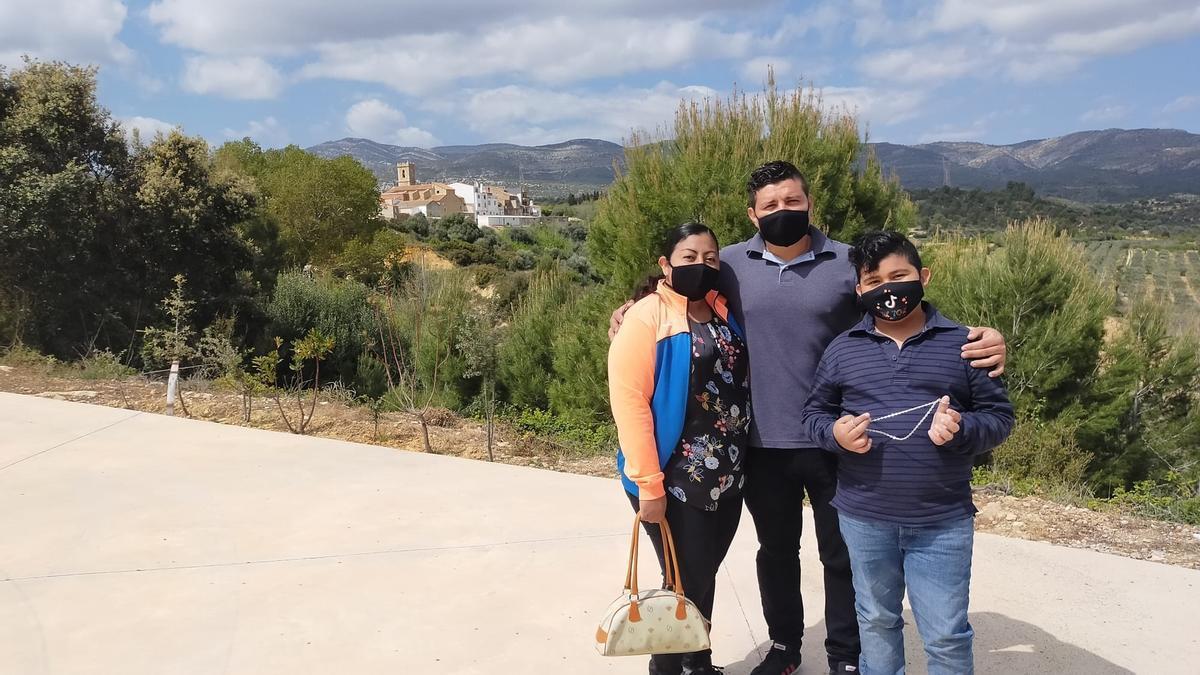 Algunos de los integrantes de la familia salvadoreña que se instalará a vivir en la Torre d'en Doménec, con el pueblo de fondo.