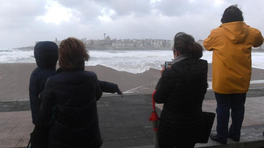 Temporal en A Coruña   El oleaje llegó a alcanzar el paseo marítimo