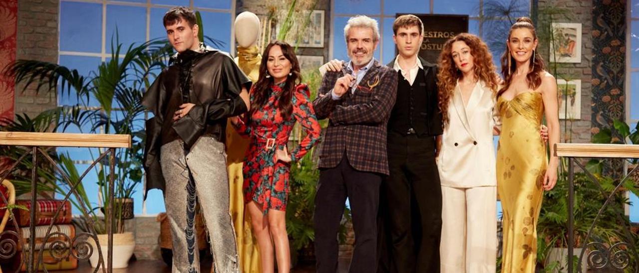 """Arturo Obegero con el staff de """"Maestros de la costura"""": por la izquierda, Palomo, Escoté, Caprile, Obejero, Alonso y Sánchez Silva."""