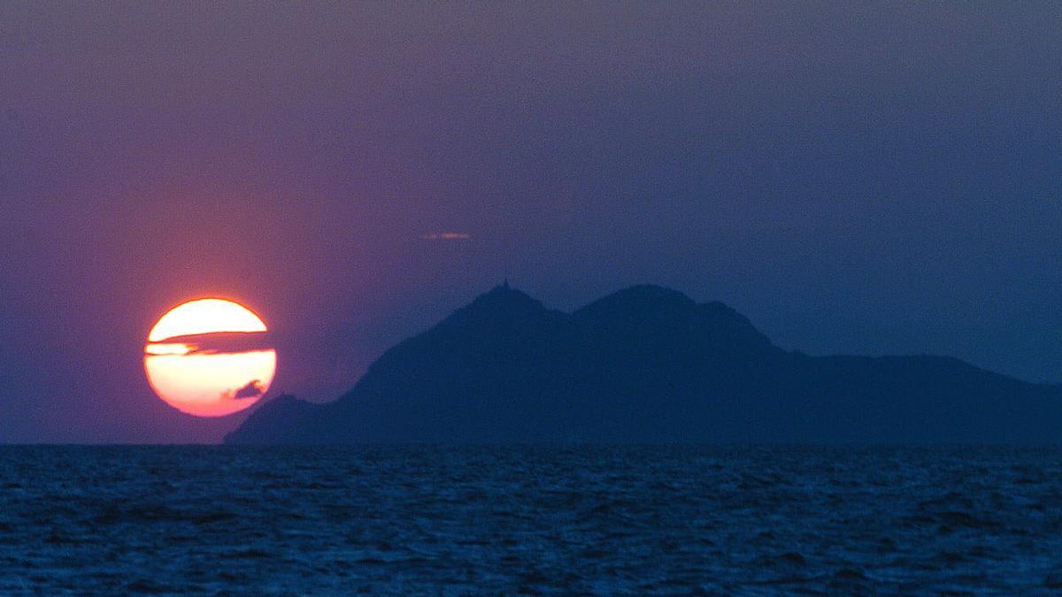 Puesta de sol sobre las islas Cíes.