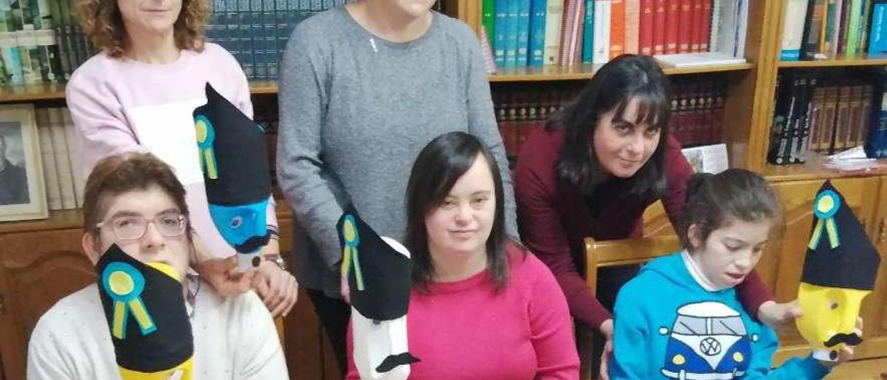 Sentadas, de izquierda a derecha, Vanesa de la Torre, Carmen Bustamante y Cristina Galán sujetan las botellas recicladas, junto a sus monitoras Ana Fuente, Conchi Villar y Tere Balmori.
