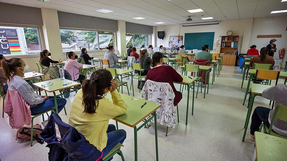 Opositores antes de iniciar una de las pruebas, ayer, en el CIFP Compostela, en Santiago.     // L. O.