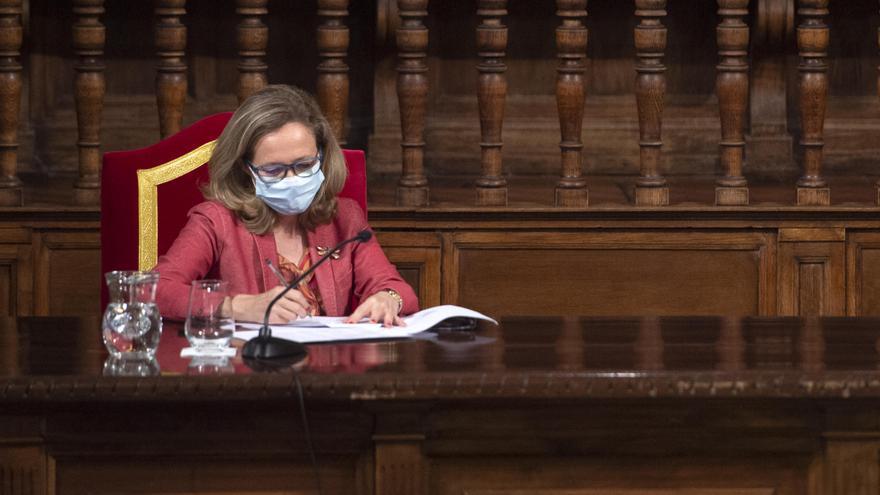 Calviño niega haber hablado con Díaz del salario mínimo y asegura no tener noticias de un acuerdo con Podemos en vivienda