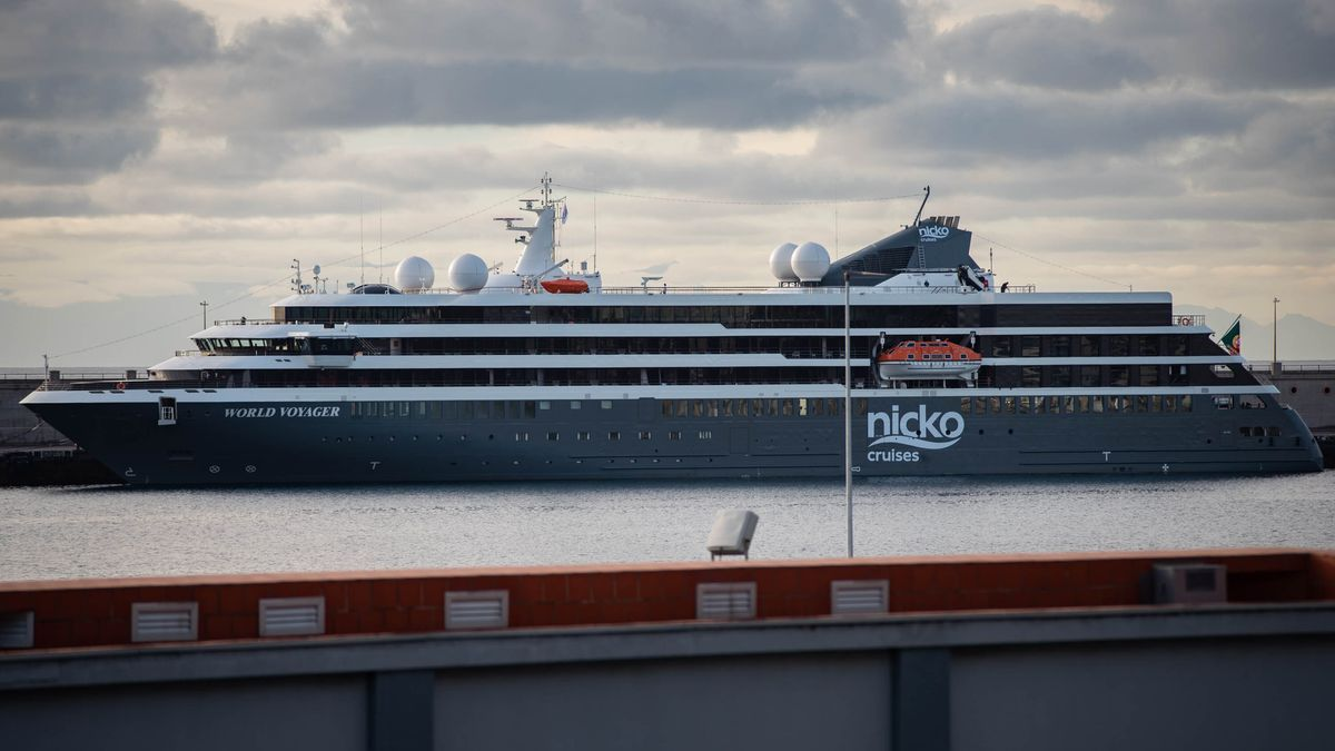 El World Voyager atracado en el puerto de Santa Cruz de Tenerife.