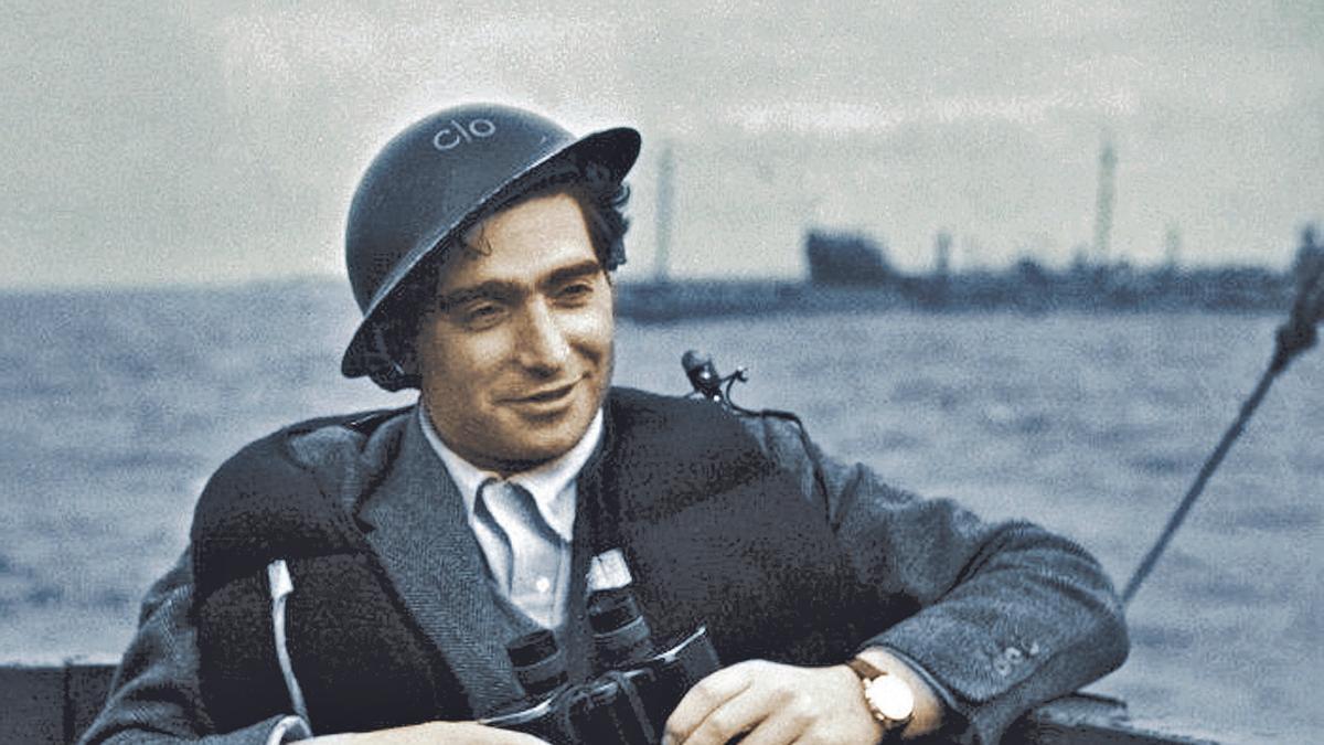 Robert Capa, a bordo de una de las barcazas en Normandía.     E. D.