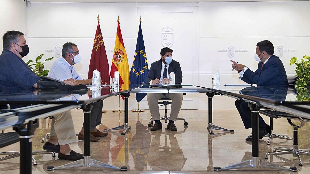 López Miras se reunió ayer con miembros de la Plataforma en Defensa del Ferrocarril. | CARM