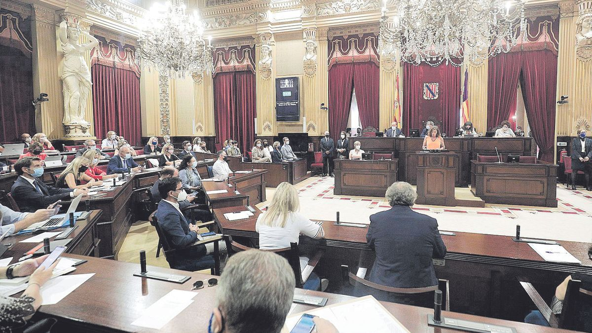 Una imagen de los diputados de los diferentes grupos parlamentarios escuchando el discurso de Francina Armengol.