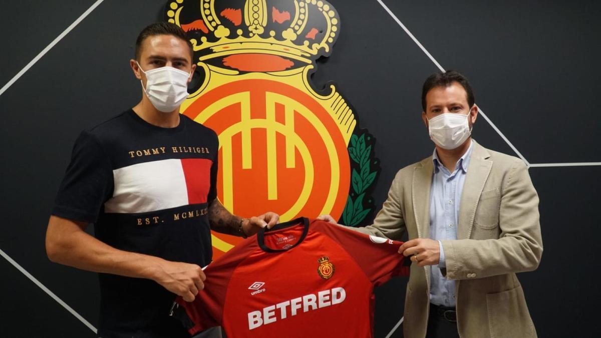 Raíllo posa junto a Pablo Ortells en el día de su renovación.