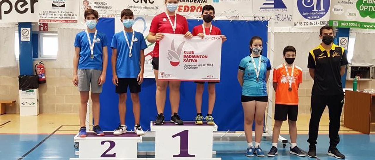 Sarai Ramón y Ximo Torres en lo alto del podio, en Enguera | JAVIER ALCÁZAR
