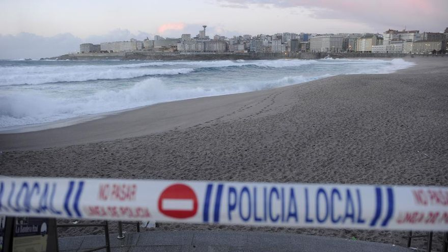La alerta naranja por fenómenos costeros obligará a cerrar mañana los accesos a playas y jardines
