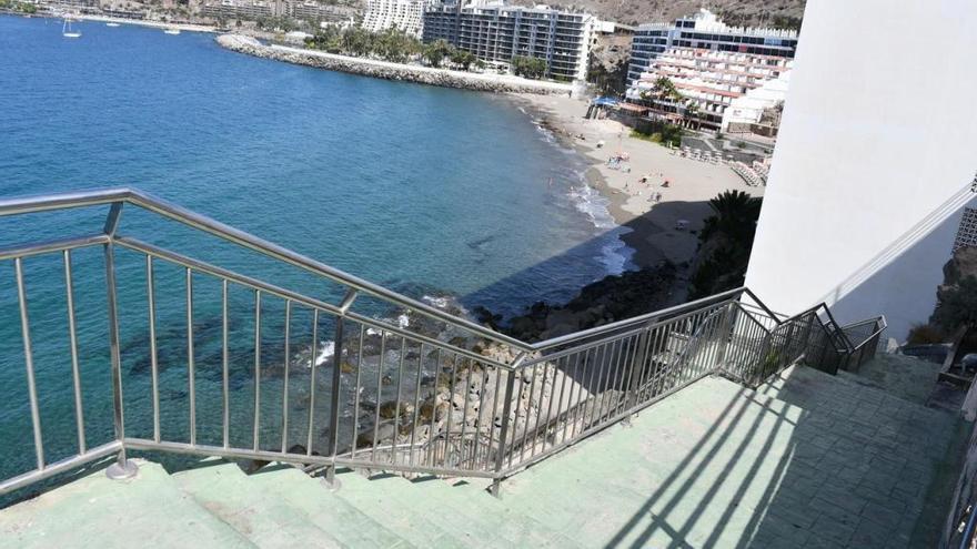 Mogán rehabilita las dos escaleras de acceso a la playa de Patalavaca