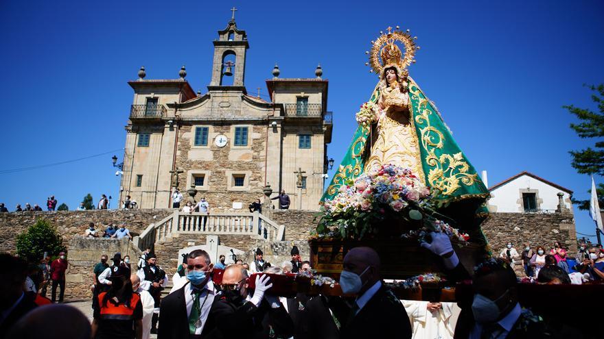 Los fieles vuelven a pasar bajo la Virgen do Corpiño dos años después