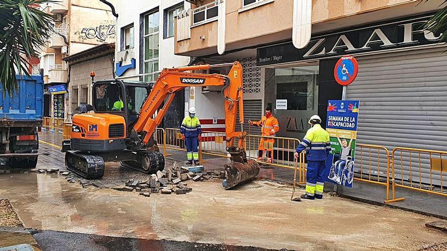 Torrevieja retira miles de adoquines de las calles del centro con un coste de 166.000 €