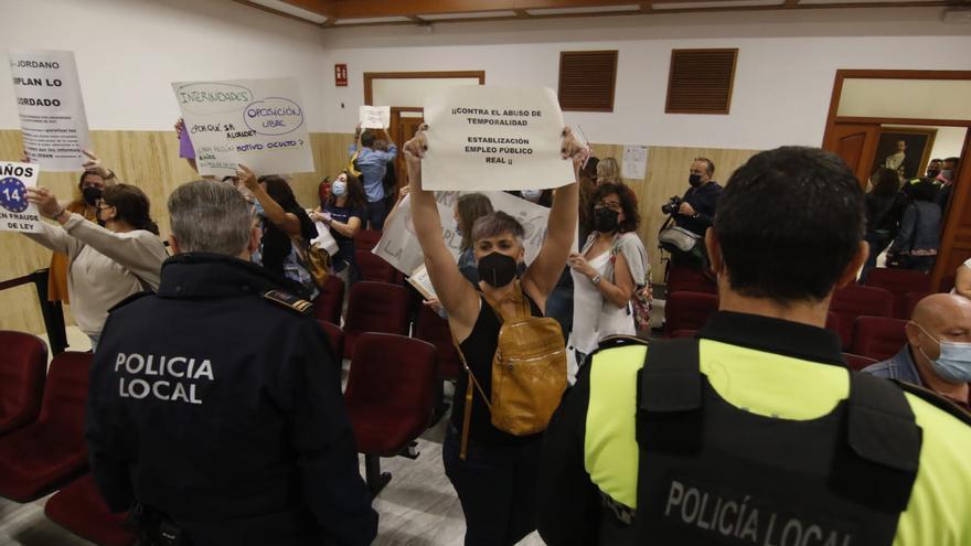 Protesta de interinos y porteros de colegio en el pleno