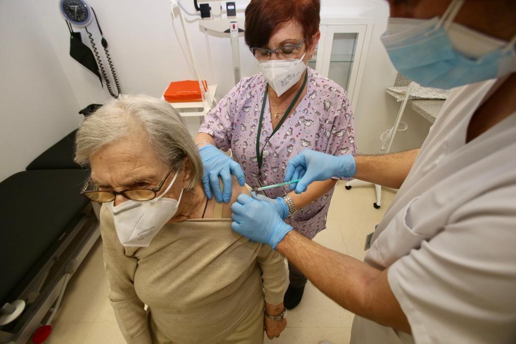 Vacunación de mayores de 80 años en el centro de salud de Plaza América