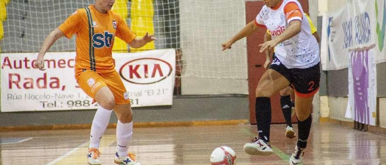 La ourensana Candela conduce el balón ante una rival del Roldán. // Carlos Peteiro
