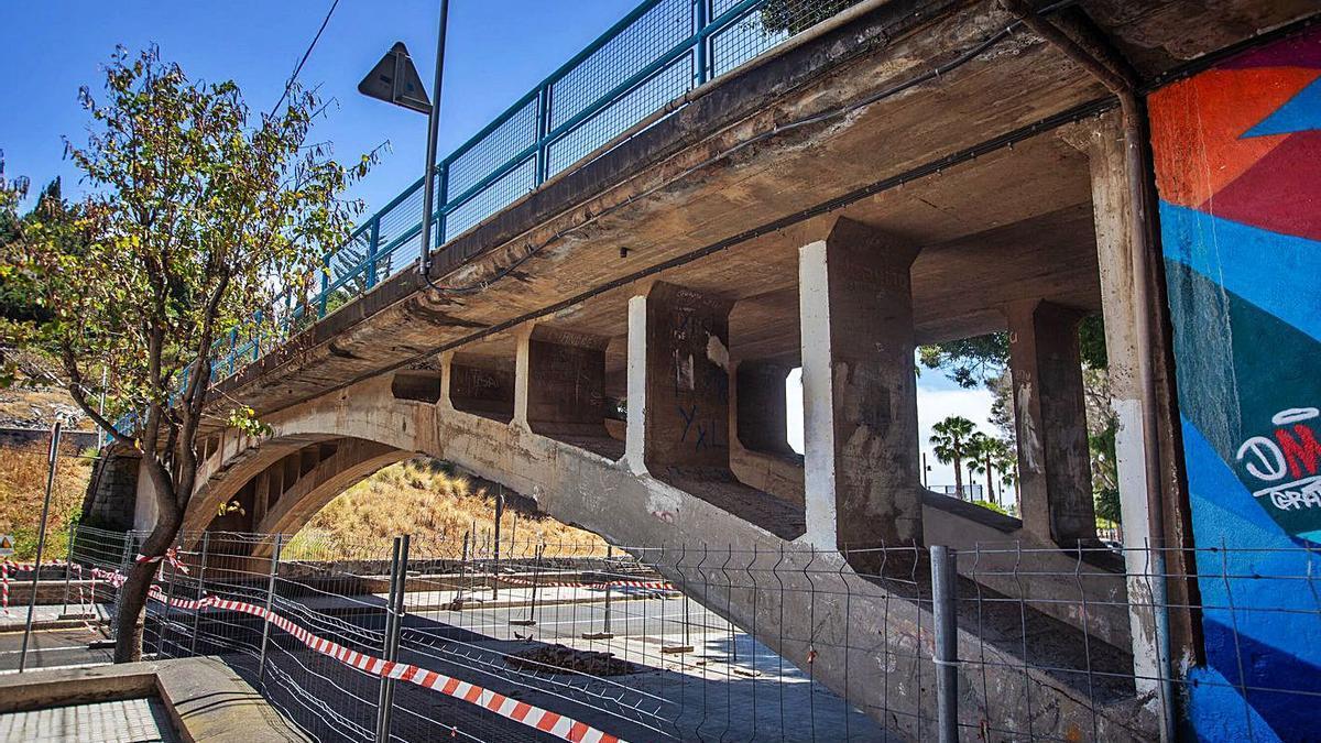 La plataforma construida en los años treinta; abajo, la reunión celebrada hace cuatro semanas en el pueblo de San Andrés.