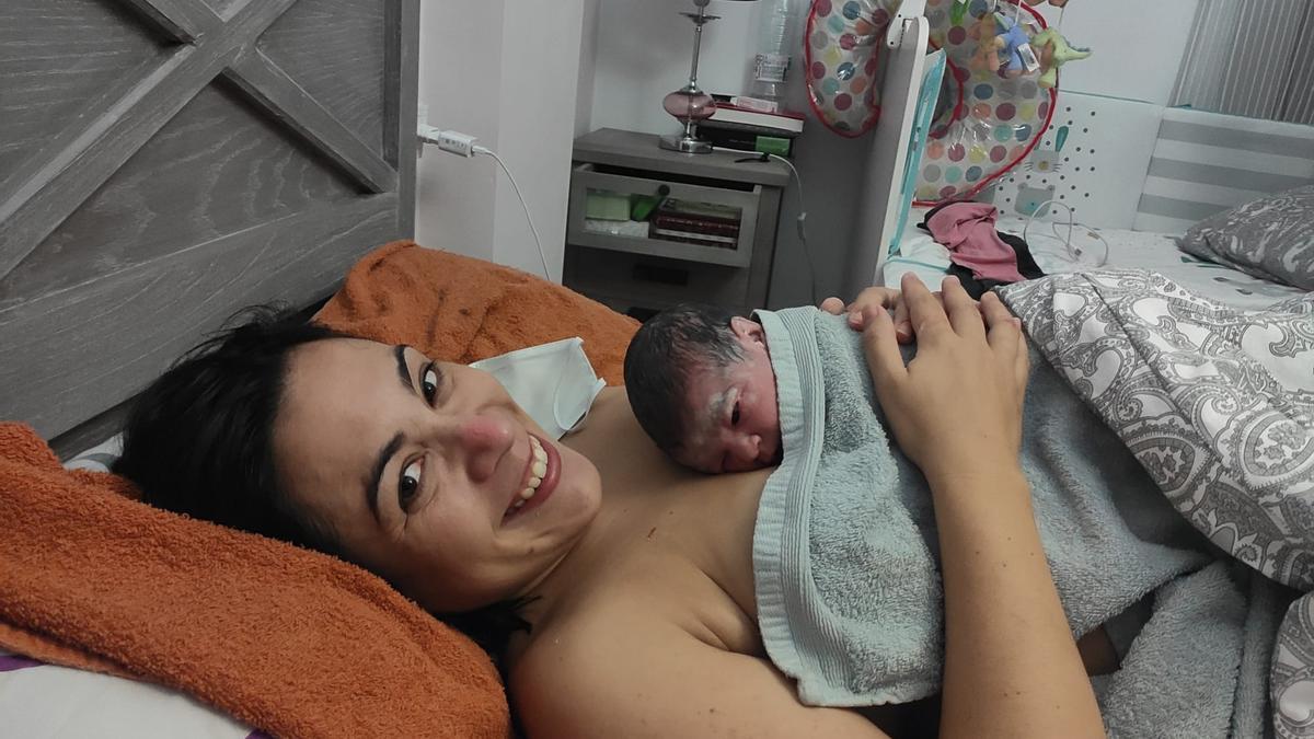 La mamá y su niña en casa tras el alumbramiento