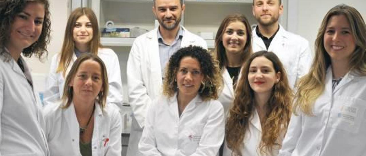 Alejandro Mira, en el centro de la imagen, junto a su equipo de investigación de la fundación Fisabio.