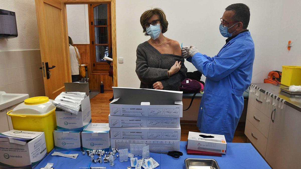 El Servicio Municipal de Vacunaciónadministró ayer las dosis en lasinstalaciones del Jardín delSalitre.