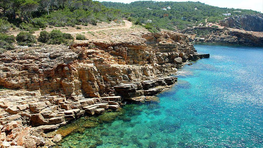 Muere un buceador de 30 años en una playa de Ibiza