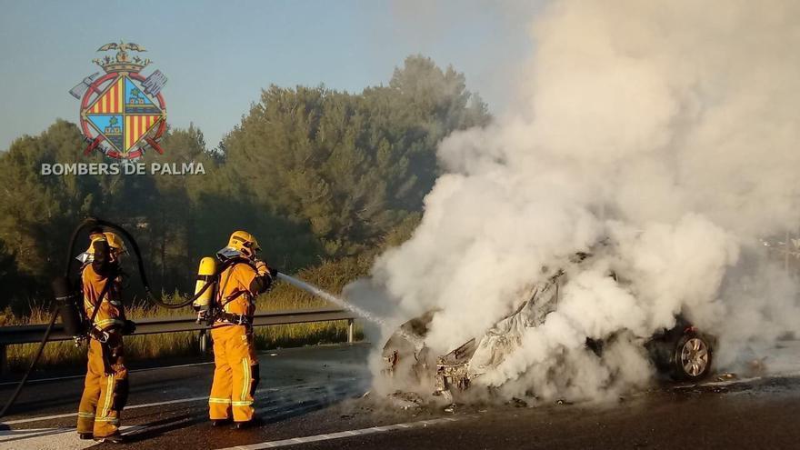 Un coche arde en la autopista de Inca