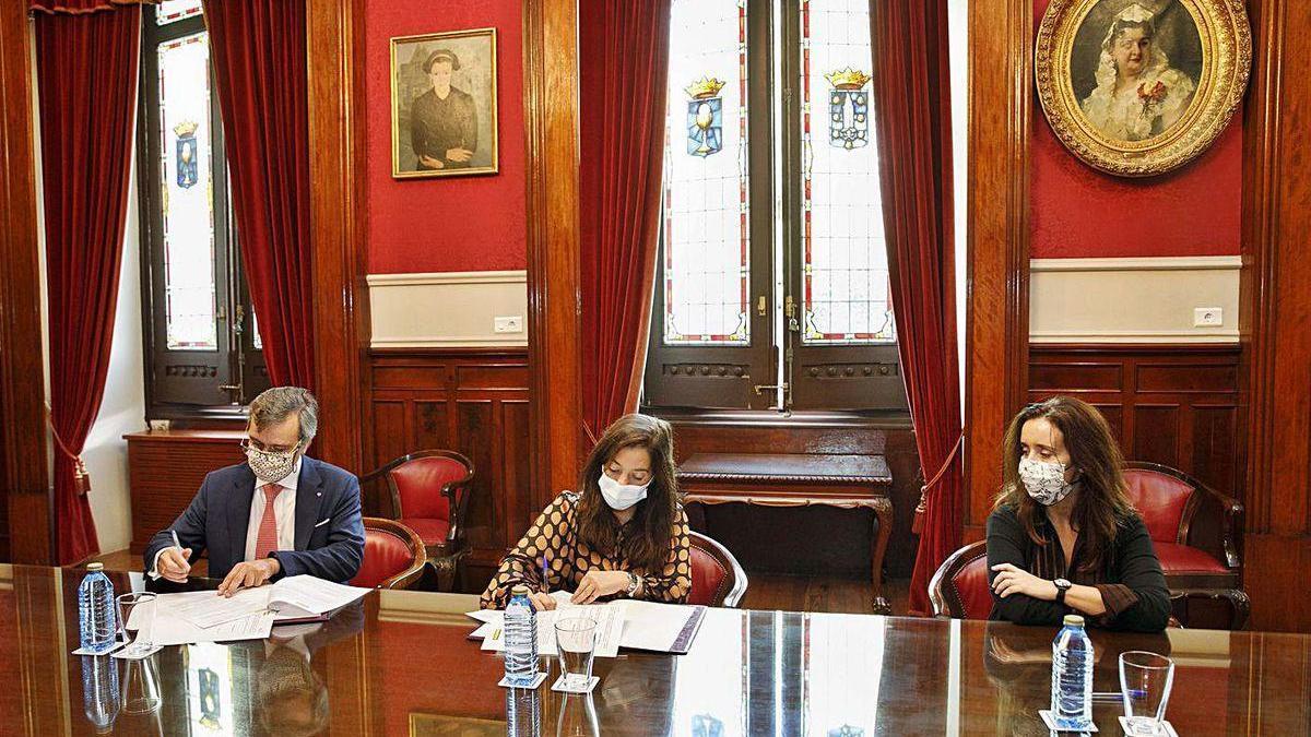 El presidente de Gadisa, Roberto Tojeiro; la alcaldesa, Inés Rey, y la concejala Yoya Neira.