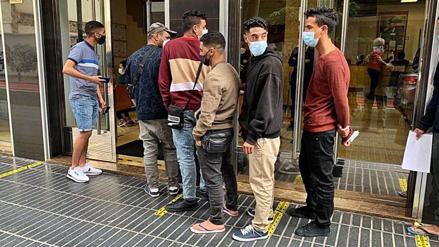 Colas de migrantes en el Consulado de Marruecos para conseguir pasaportes