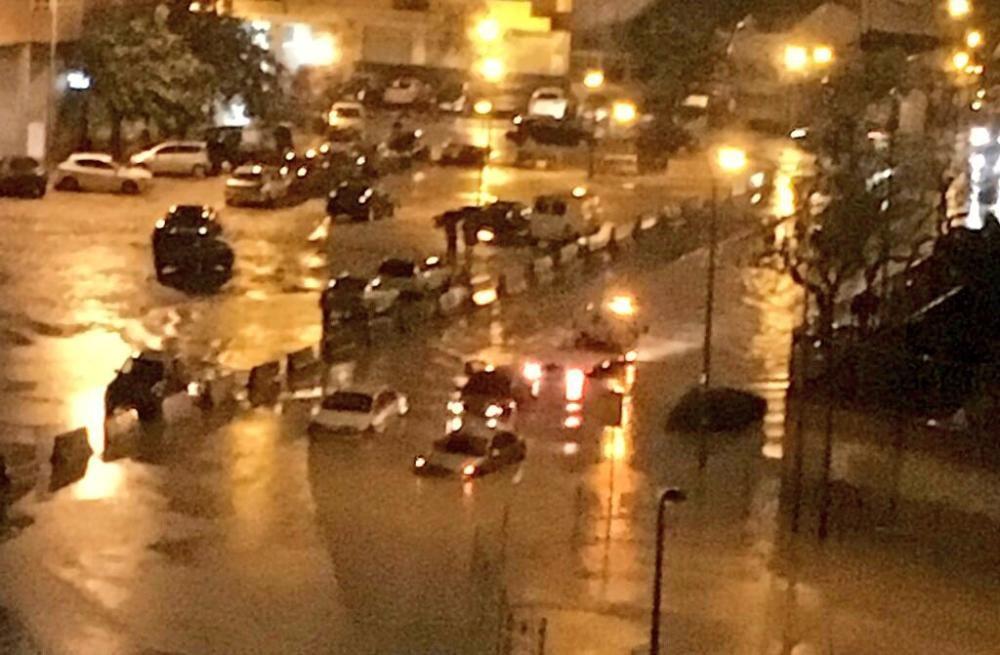 La calle Bernat Descoll, en el barrio de Malilla de Valencia, inundada.