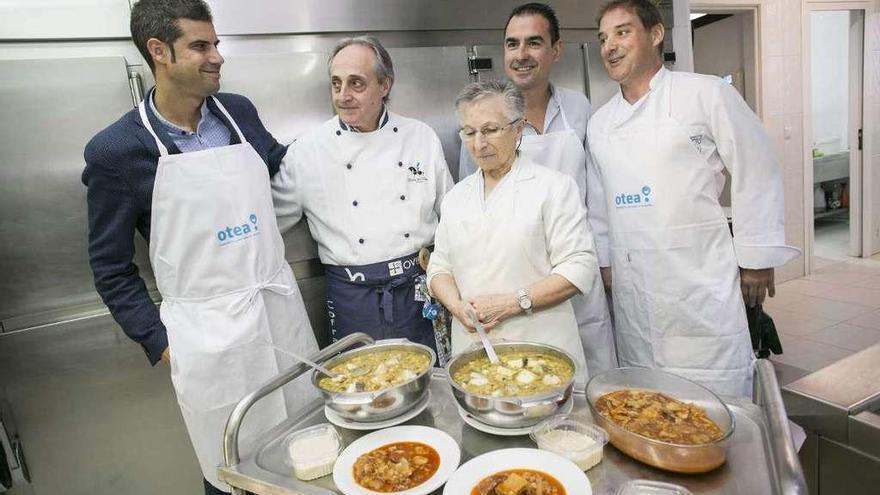 Los hosteleros sirven 250 raciones del menú del Desarme en la Cocina Económica