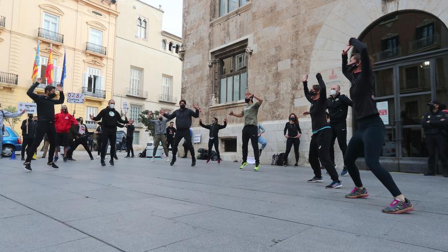 """""""Jumping jacks"""" ante el Palau para protestar contra el cierre de los gimnasios"""