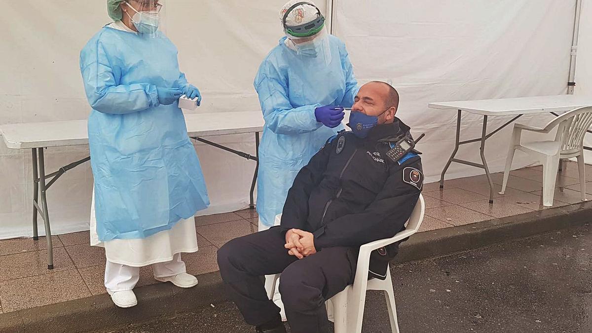 Un agente municipal, ayer, sometiéndose a un test en la carpa de Moaña.     // GONZALO NÚÑEZ