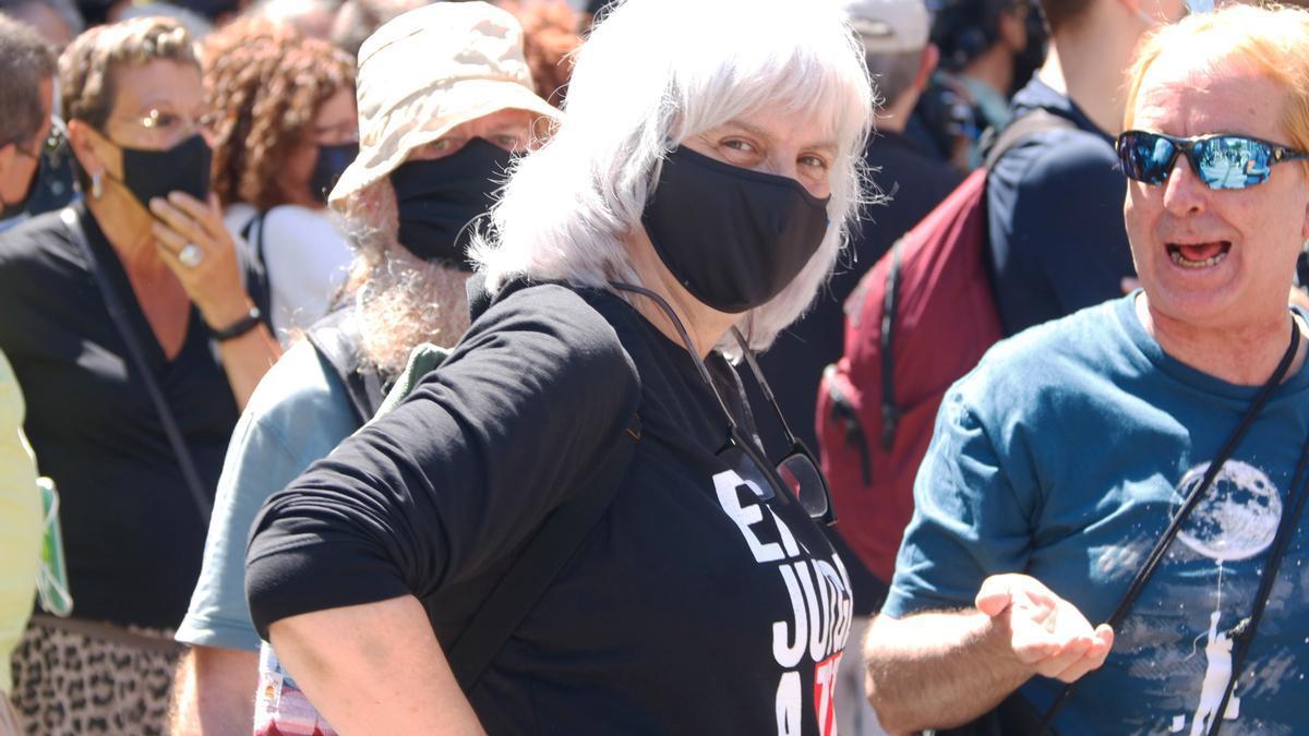 Dolors Sabater durant la manifestació contra l'acte de Pedro Sánchez al Liceu.