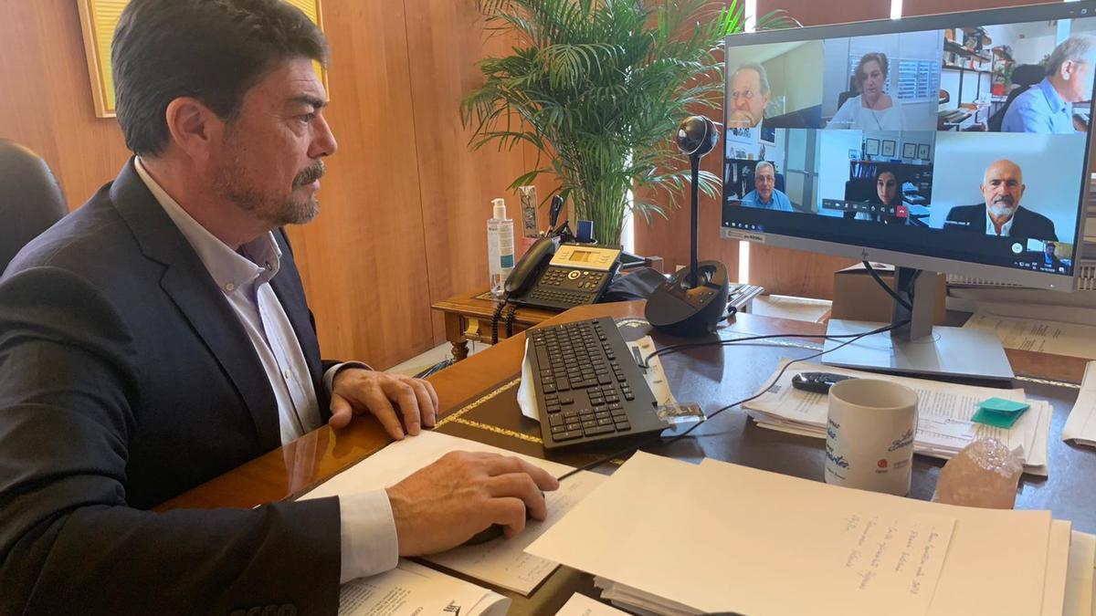 El alcalde, Luis Barcala, durante la reunión telemática.