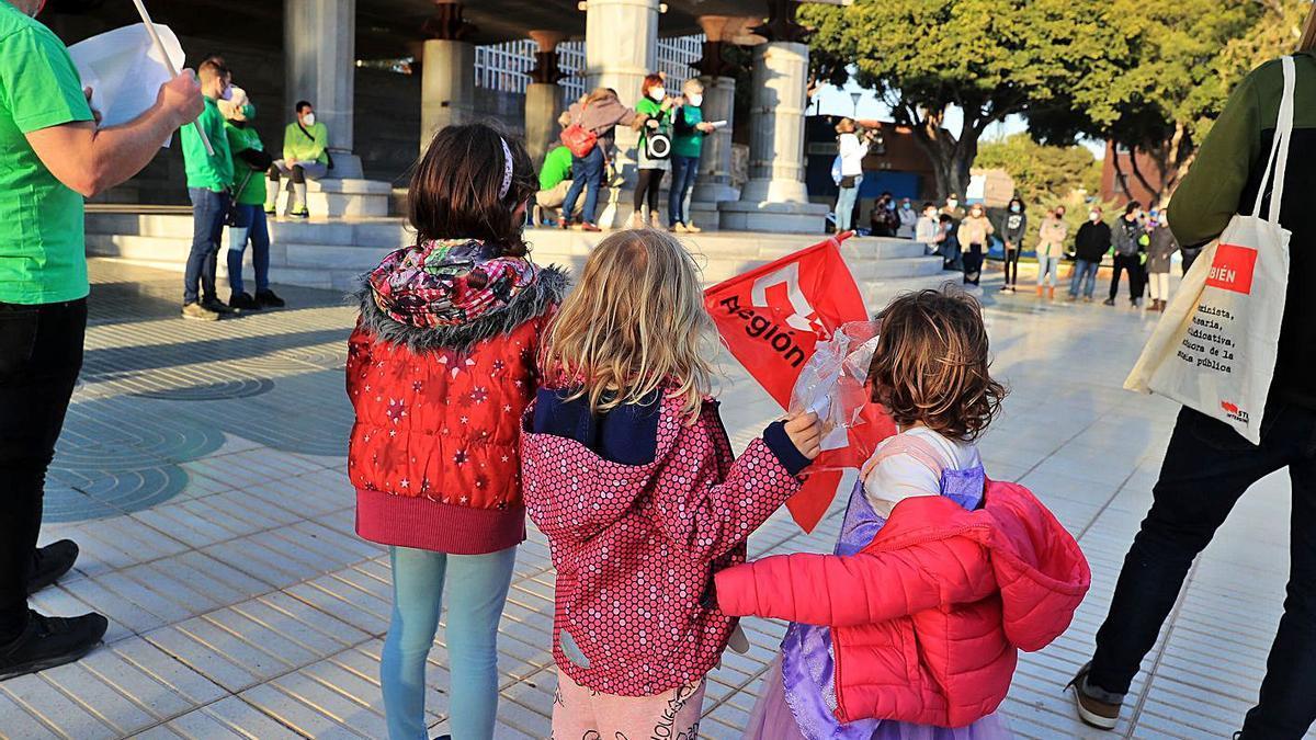 Protesta frente a la Asamblea por la defensa de la escuela pública. | JUAN CABALLERO