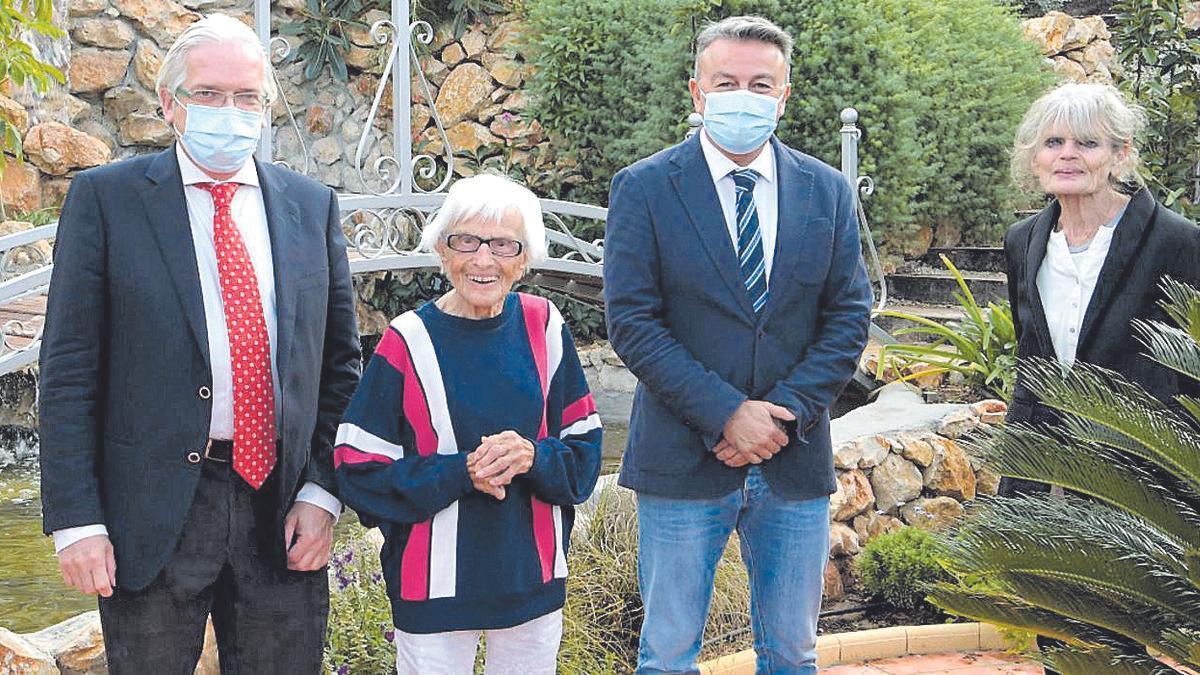 Rosa Maria Schaller junto a sus familiares y el alcalde el pasado 4 de diciembre, cuando cumplió 107 años