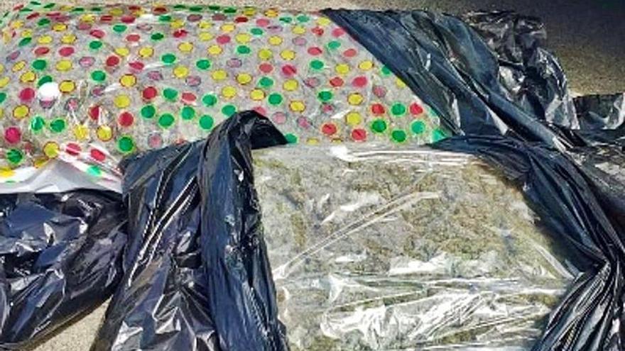 Sorprenden a tres hombres con 20 kilos de marihuana en el coche