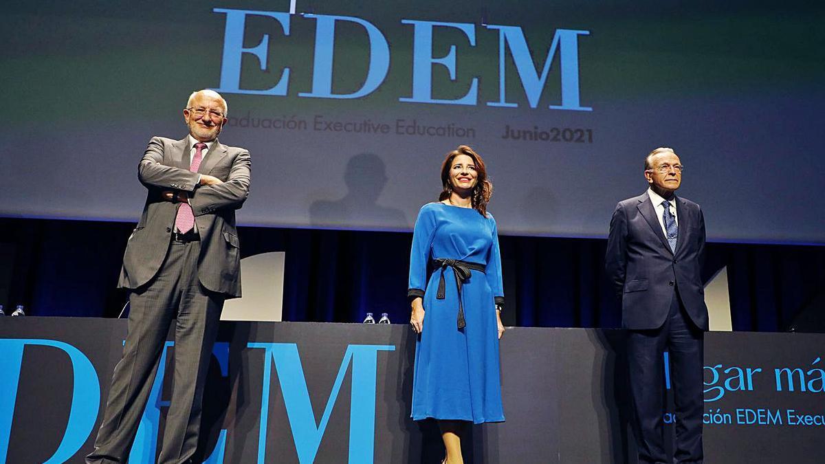 Juan Roig, Hortensia Roig e Isidro Fainé, al inicio del acto de EDEM, ayer.   MIGUEL ÁNGEL MONTESINOS