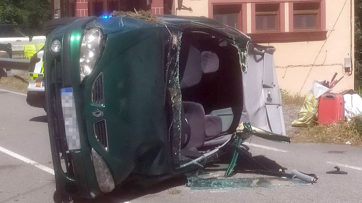 El coche siniestrado en la carretera de Belmonte a Somiedo, a la altura de la salida a Llamoso
