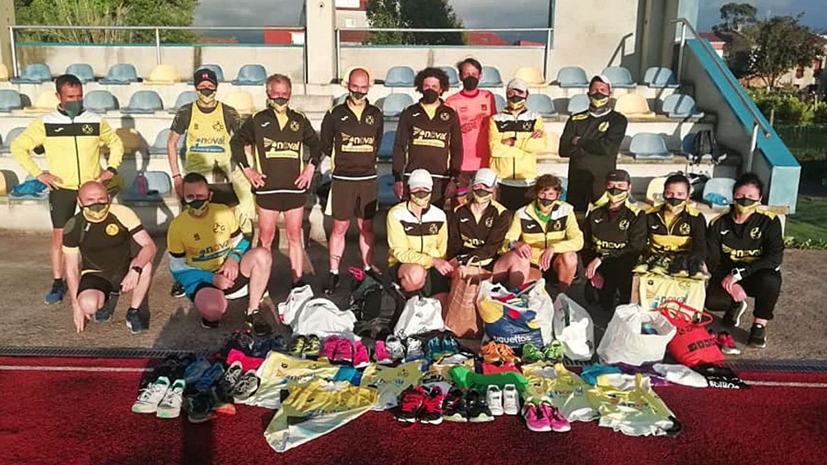 Fueron muchas las prendas y artículos recolectados por el Club Atletismo Cambados estos días.    // FDV
