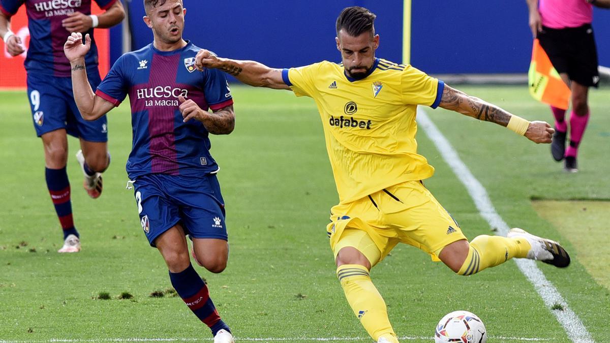El defensa Pablo Maffeo (izda) pelea por el control del balón con el delantero Álvaro Negredo.