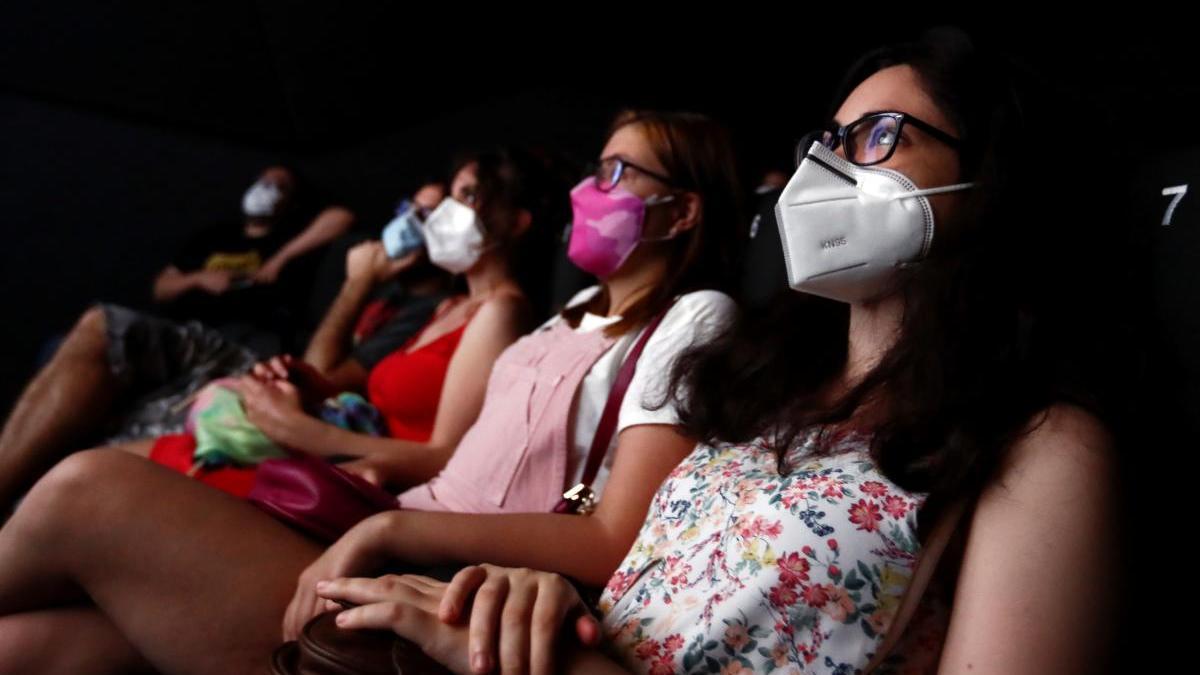 Varias personas en un cine de Madrid.