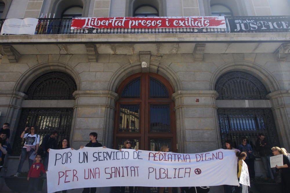 Més de 200 persones es manifesten per un servei de pediatria digna