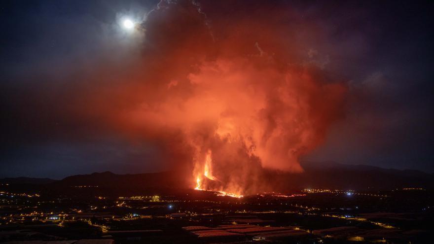 La lava sobrepasa el barrio de Todoque y se sitúa a kilómetro y medio de la costa