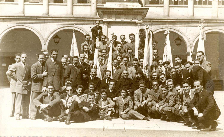 Grupo de jóvenes de Acción Católica en el patio de la Universidad de Oviedo/Uviéu, h. 1945 | Donación María Luisa López Llano